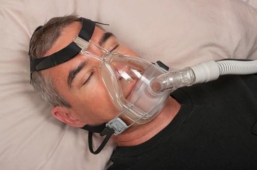 Thở áp dương liên tục bằng trong lúc ngủ bằng máy thở CPAP là phương pháp phổ biến nhất điều trị rối loạn ngưng thở khi ngủ ở người lớn mức độ từ trung bình đến nặng.