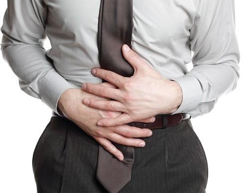 Ở người lớn, viêm bàng quang cấp tính thường gây rát hoặc đau khi đi tiểu bên cạnh triệu chứng tiểu ra máu.