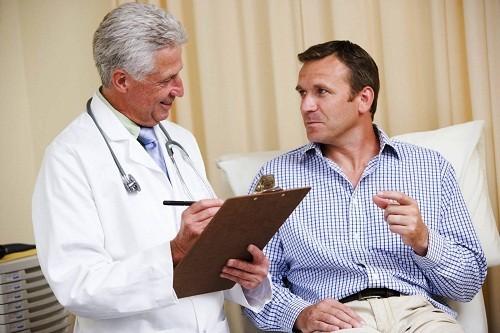 Việc điều trị nhằm vào nguyên nhân cơ bản gây ra đi tiểu ra máu.