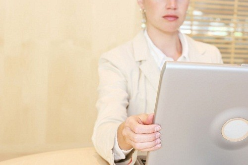 Sử dụng màn hình chống chói cho máy tính để vừa không ảnh hưởng xấu tới mắt vừa tránh những cơn đau đầu.