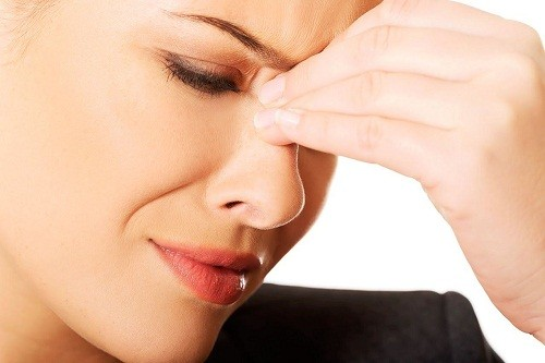 Đau và sưng ở vùng xung quanh mắt, má, mũi và trán là triệu chứng thường gặp của bệnh viêm xoang mạn tính.