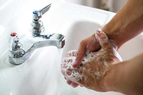 Thường xuyên rửa tay sạch sẽ bằng xà phòng hàng ngày là một biện pháp hiệu quả giúp làm giảm nguy cơ mắc bệnh cảm cúm hay cảm lạnh.