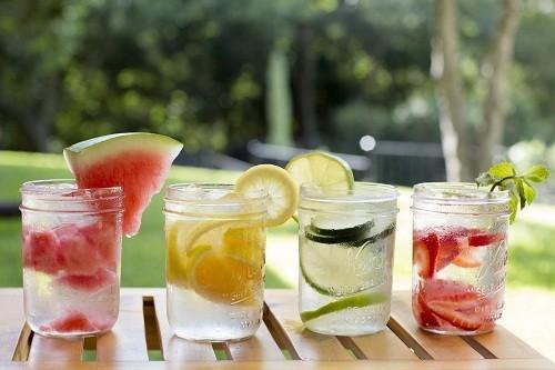 Chất lỏng sẽ giúp cơ thể loại bỏ chất thải, vì thế nên uống nhiều nước.