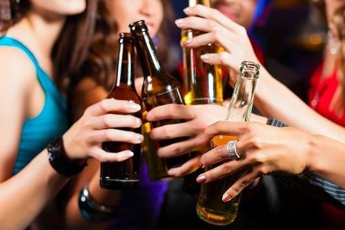 Uống quá nhiều rượu bia có thể góp phần dẫn tới chứng tiêu chảy, các vấn đề về gan và ung thư thực quản.