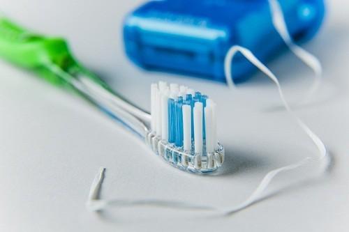Dùng chỉ nha khoa trước sẽ giúp việc đánh răng hiệu quả hơn bằng cách loại bỏ thức ăn thừa bị mắc kẹt giữa các kẽ răng.