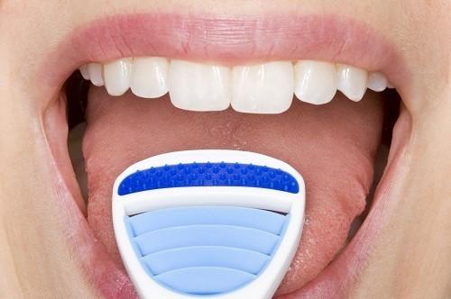 Để loại bỏ tình trạng hôi miệng, nhớ cạo lưỡi mỗi khi đánh răng.