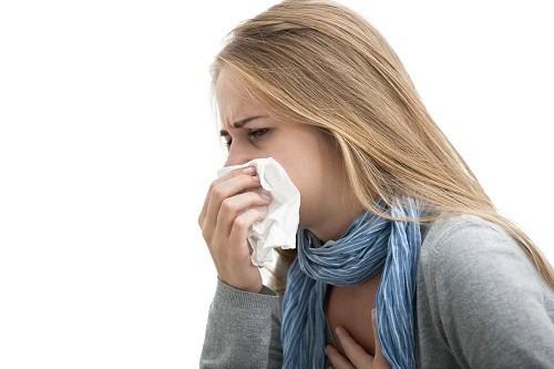 Cảm lạnh và cảm cúm là những bệnh về đường hô hấp, vì vậy cả hai đều gây ho.