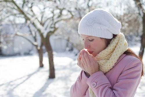 Với những người đã bị cảm lạnh, không khí khô chỉ khiến cho các triệu chứng như ho và nghẹt  mũi trở nên tồi tệ hơn.