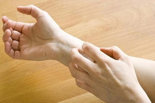 Khi gãi quá mạnh, da có thể bị tổn thương dẫn tới nhiễm trùng.