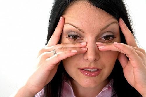 Triệu chứng phổ biến nhất của viêm xoang hàm là đau và nhức ở vùng gò má.