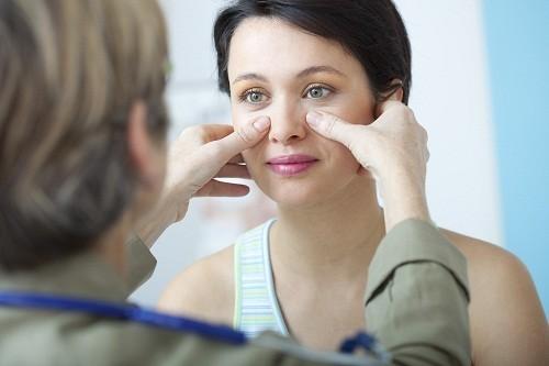Người bị viêm xoang hàm nên kiểm tra và tiến hành điều trị sớm để ngăn ngừa những biến chứng nghiêm trọng.