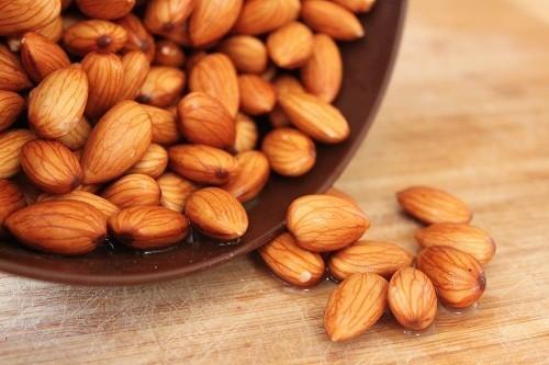 Hạnh nhân có chứa nhiều loại vitamin hữu ích như vitamin E để tăng cường hệ thống miễn dịch.