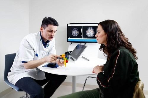 Một khối u ở bất cứ phần nào của bộ não đều làm gia tăng áp lực bên trong hộp sọ. gây ra nhiều triệu chứng, trong đó có mờ mắt.