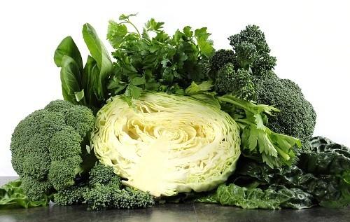 Các loại rau có màu xanh đậm như cải thìa, cải thảo, cải xoăn, rau xanh collard và củ cải xanh rất giàu canxi.