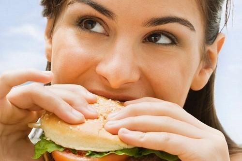 """Ăn quá ít là nguyên nhân gây mệt mỏi nhưng ăn các loại thực phẩm không lành mạnh cũng là một """"thủ phạm""""."""