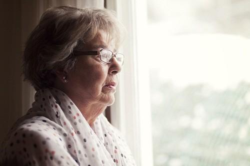 Bản thân người bệnh có thể không nhận ra mức độ nghiêm trọng của tình trạng suy giảm trí nhớ và điều này thường được phát hiện bởi các thành viên trong gia đình.
