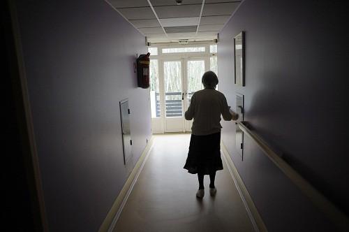 Người bệnh Alzheimer ngày càng trở nên dễ bị kích thích hoặc bị cô lập.