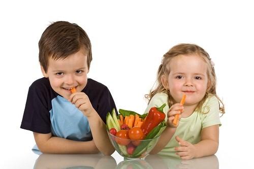 Một chế độ ăn giàu chất xơ từ rau quả và trái cây tươi sẽ làm giảm nguy cơ táo bón ở trẻ.