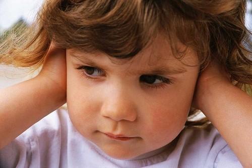 Viêm tai giữa thường là do virus hoặc vi khuẩn.