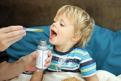 Nếu trẻ vẫn bị đau và tình trạng viêm tai giữa không thuyên giảm sau 48 giờ, đặc biệt là trẻ dưới 12 tháng tuổi, bác sĩ có thể kê đơn kháng sinh ngắn ngày, thường là penicillin.