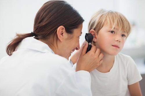 Phụ huynh cần nhanh chóng đưa trẻ đi khám khi có các triệu chứng đau tai, mệt mỏi, nôn mửa, tai chảy dịch, có vấn đề về thính giác.