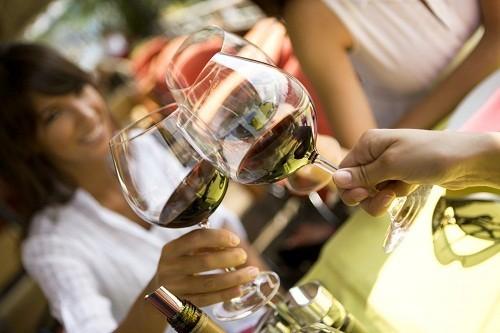 Uống quá nhiều rượu bia sẽ làm tăng huyết áp và nồng độ cholesterol trong máu.