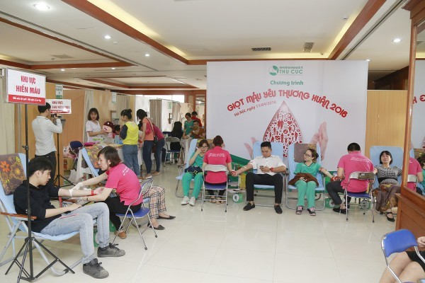 Mọi người đều vui vẻ tham gia ngày hội hiến máu tình nguyện tại bệnh viện Thu Cúc.
