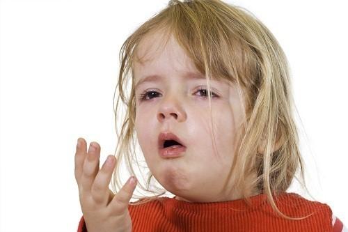 Trẻ có thể bị nổi mề đay, sưng, đỏ da và thâm chí là nôn mửa, tiêu chảy khi bị sốc phản vệ.