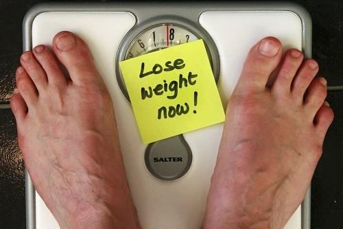 Việc thừa cân (và quá nhiều estrogen) hoặc số cân dưới mức tiêu chuẩn (và quá ít estrogen) có thể cản trở sự rụng trứng bình thường.