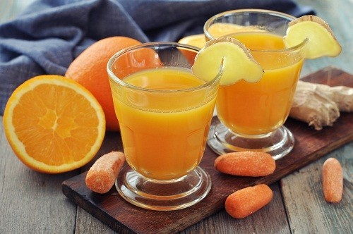 Ăn nhiều thực phẩm giàu vitamin A như cam, cà rốt... để ngăn chặn tình trạng da bị khô, bong tróc.