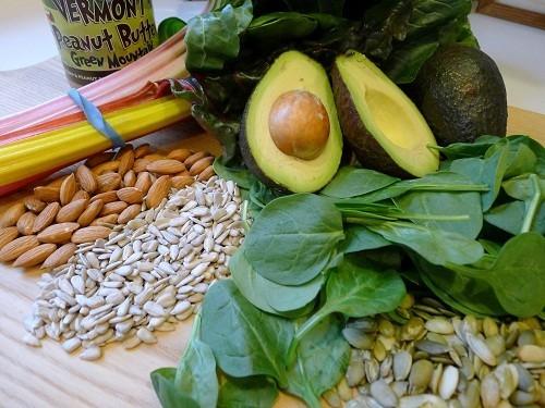 Dầu thực vật, các loại hạt, hạt, ô liu, rau bina, măng tây, ô liu, và rau lá xanh có chứa nhiều vitamin E.