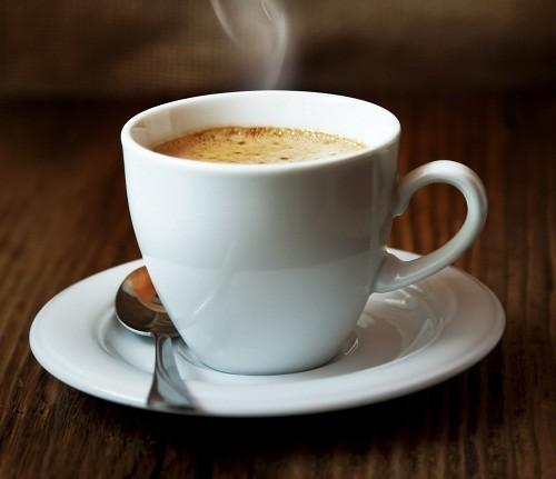 Đồ uống có chứa caffeine như cà phê có thể gây mất nước, làm phân khô, khiến bệnh trĩ có thể trở nên tồi tệ hơn.