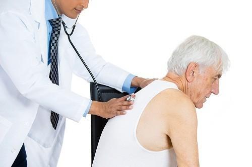 Người lớn bị thủy đậu cũng có nguy cơ phát triển bệnh viêm phổi.