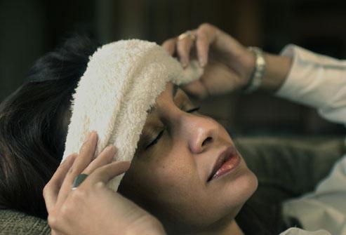 Người bị đau đầu nên nghỉ ngơi trong phòng tối yên tĩnh, nhắm mắt lại và cố gắng thư giãn lưng, cổ và vai.