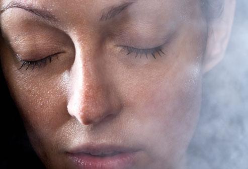 Tắm nước vòi sen nước nóng hoặc chườm nóng vào sau gáy có thể giảm bớt các triệu chứng của đau đầu căng thẳng thường xuyên.