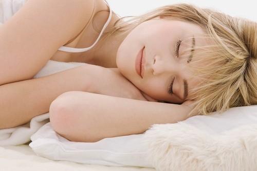 Để có thể nghỉ ngơi và đi vào giấc ngủ dễ dàng hơn, nên tránh xa các thiết bị điện tử, sách, báo, tivi… trước giờ bắt đầu ngủ.