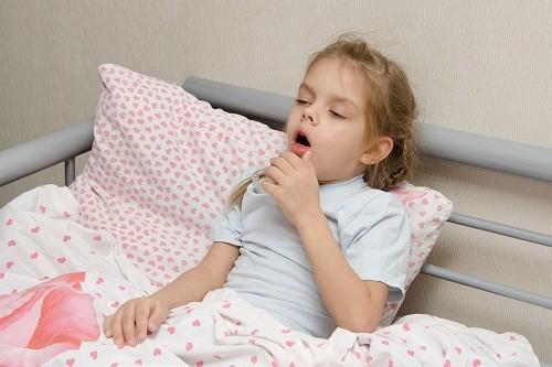 Triệu chứng thường gặp của bệnh ho gà là những cơn ho dữ dội, kéo dài.