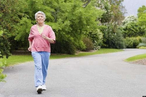 Sau phẫu thuật, bệnh nhân nên tăng dần các hoạt động thể chất, tập đi bộ nhẹ nhàng.