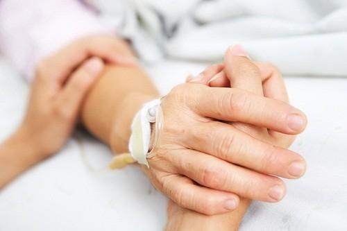 Người thân và bạn bè cần quan tâm chăm sóc, cùng trò chuyện, chia sẻ để bệnh nhân nhanh chóng vượt quá trạng thái chán nản, buồn bã sau phẫu thuật.