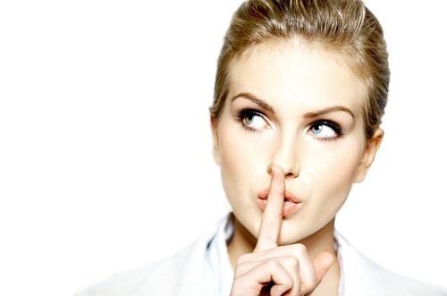 Người bị viêm thanh quản trước hết cần hạn chế sử dụng giọng nói càng nhiều càng tốt.