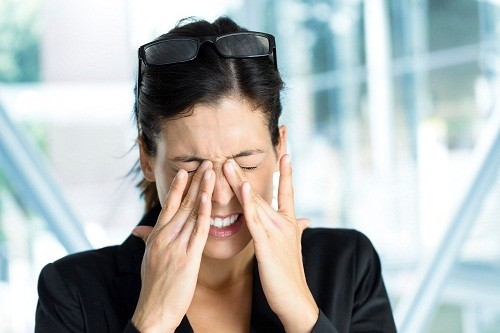 Khô mắt xảy ra khi lượng nước mắt giảm hoặc do sự mất cân bằng trong thành phần của nước mắt – một hỗn hợp của nước, muối, mỡ và chất nhầy.