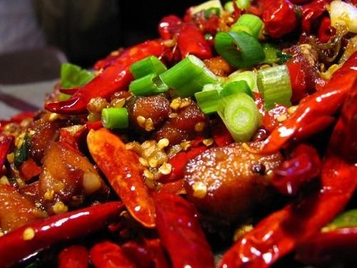 Thức ăn cay và mặn có thể ảnh hưởng tới vết loét trong miệng và cổ họng, do đó nên tránh khi đang mắc bệnh thủy đậu.