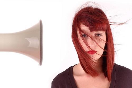 Một số người bị đau nửa đầu cho biết ánh sáng, tiếng ồn lớn hoặc thậm chí mùi hương nhất định nào đó có thể là nguyên nhân khởi phát cơn đau nửa đầu.