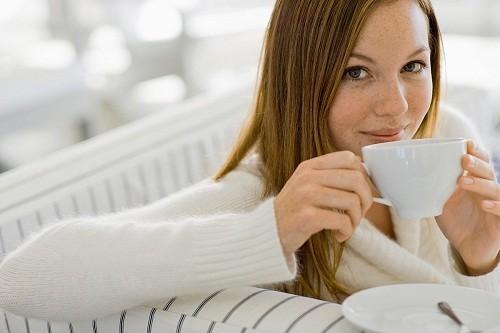 Polyphenol trong trà xanh có thể giúp phòng chống sâu răng và hơi thở có mùi.