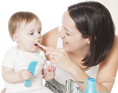 Khi trẻ bắt đầu mọc những chiếc răng đầu tiên, cha mẹ có thể vệ sinh cho bé bằng bàn chải đánh răng và kem đánh răng dành riêng cho trẻ em.