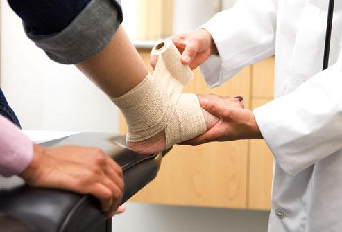 Ngoài việc chườm đá để giảm đau và sưng, nên băng bó bằng gạc nén và nâng phần bị thương lên cao.