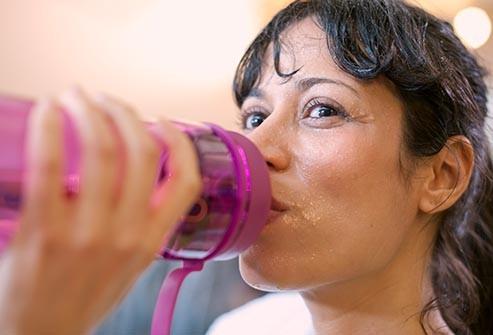Việc vận động có thể gây đổ mồ hôi, dễ kích ứng da.