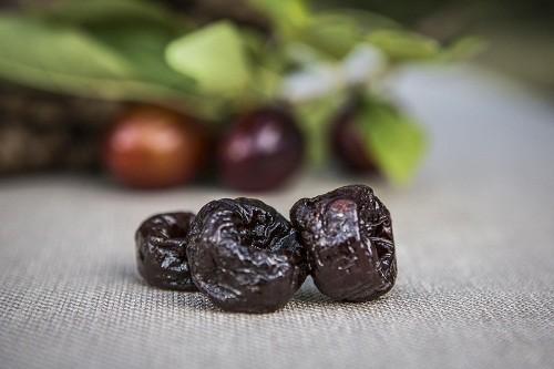 Mận khô đặc biệt hữu ích cho người bị táo bón vì chúng có chứa thuốc nhuận tràng tự nhiên.