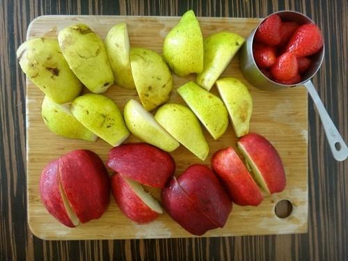 Nhiều loại trái cây và rau quả có chứa chất xơ ở mức cao hoặc trung bình có thể giúp làm giảm táo bón.