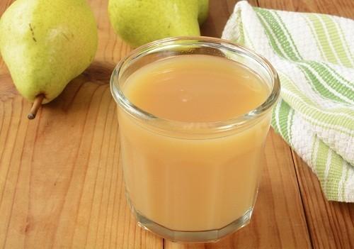 Chất lỏng có thể giúp giảm táo bón bao gồm nước ép lê và nước ép mận.